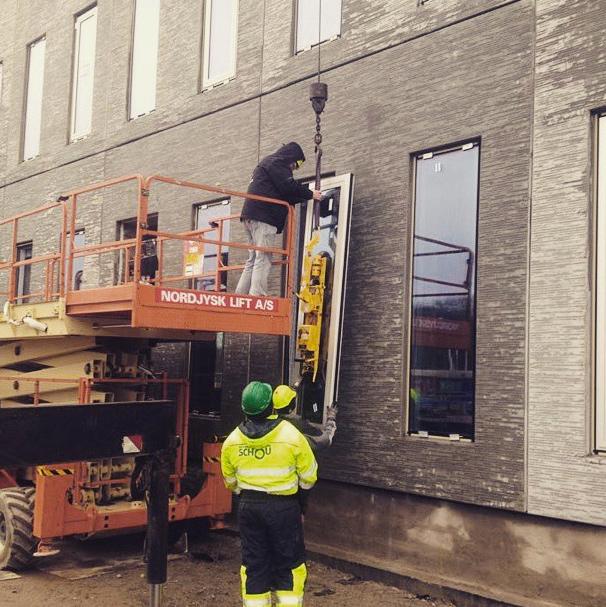 I går fik vi lige sat vinduer i de nye kollegieværelser i Odense
