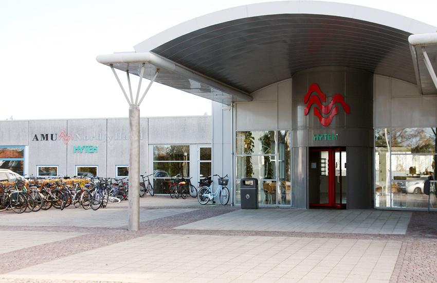 AMU Nordjylland er en bredtfavnende uddannelsesinstitution, der har fokus på at understøtte det fleksible danske arbejdsmarked med relevante og målrettede uddannelsestilbud. Skolen tilbyder både erhvervsuddannelser (EUD) og arbejdsmarkedsuddannelser (AMU) på alle niveauer – fra de helt grundlæggende til de mere specialiserede.
