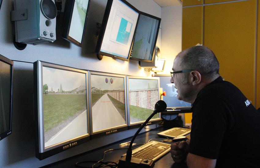AMU Nordjylland har en lastbilsimulator, hvor man kan simulere næsten alle tænkelige trafikale situationer. Du kan fx simulere at køre i glat føre, med tung last eller med levende dyr. I simulatoren sidder du i et rigtigt lastbilførerhus, og rundt om førerhuset er der placeret tre store skærme, som giver dig et synsfelt på 180 grader. Samtidig er der skærme bag spejlene – alt sammen for at gøre køreturen så virkelighedsnær som muligt. Uden for sidder læreren og guider dig igennem banen, hvilket ses her på billedet.